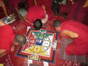 Tibetanski monasi u procesu kreiranja mandale