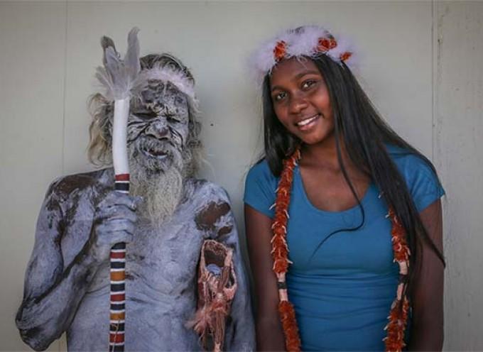 Stari aboridžin plesao sa svojom unukom na maturi